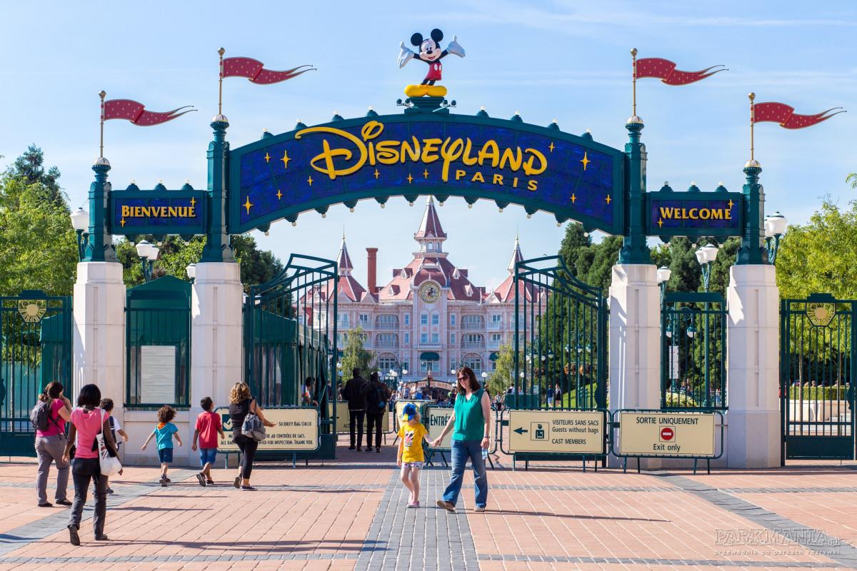 Jak dostać się do paryskiego Disneylandu? Plusy i minusy różnych opcji.